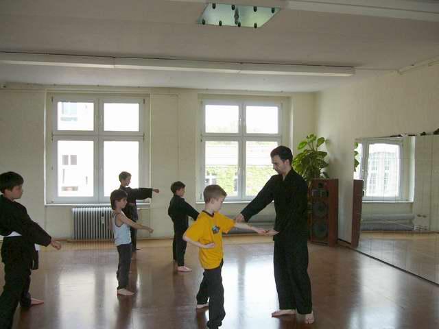 Grundschule schalgen und treten in der Kindergruppe