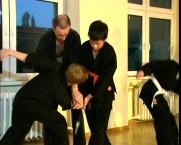 Messer abnehmen, mit einem Angriff zum Bauch und der Verteidiger nimmt dem Angreifer das Messer ab