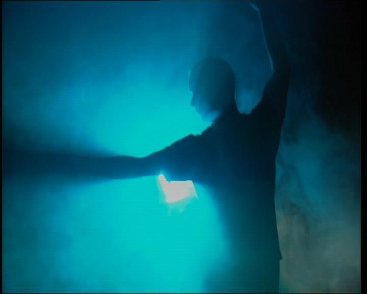 Schattenkampf mit blauem Hintergrund